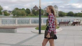 Młodej kobiety odprowadzenie z laptopem w miasto parku przechodzi kamery zwolnionym tempem zbiory