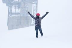 Młodej kobiety odzieży czerwony kapeluszowy trwanie w śnieg niej i ziemi samotnie d zdjęcia stock