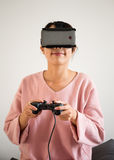 Młodej Kobiety odzieży rzeczywistości wirtualnej przyrząda zdjęcia stock