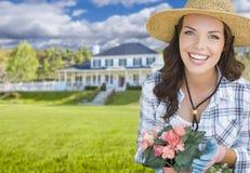 Młodej Kobiety ogrodnictwo przed Pięknym domem Zdjęcie Stock