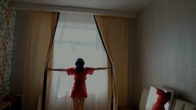 Młodej kobiety otwarcia zasłony w sypialni zbiory