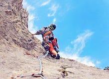 Młodej kobiety pięcie w Dolomits, Włochy Arywista du Obraz Royalty Free