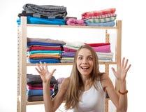 Młodej kobiety pozycja blisko garderoby zdjęcie stock