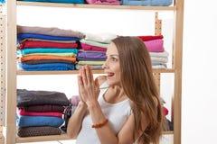Młodej kobiety pozycja blisko garderoby zdjęcia royalty free