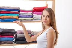 Młodej kobiety pozycja blisko garderoby obrazy stock