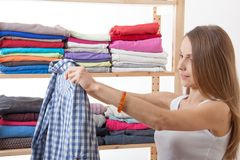 Młodej kobiety pozycja blisko garderoby fotografia stock