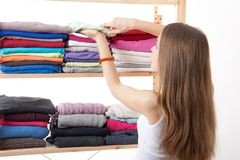 Młodej kobiety pozycja blisko garderoby obraz stock
