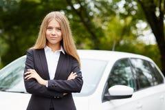 Młodej kobiety pozycja jej samochodem obraz royalty free