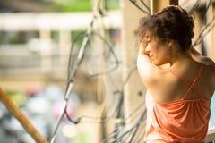Młodej kobiety pozycja na wiadukcie Fotografia Stock