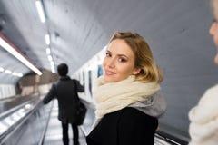 Młodej kobiety pozycja przy eskalatorem w Wiedeń metrze zdjęcie royalty free