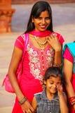 Młodej kobiety pozycja przy Fatehpur Sikri kompleksem w Uttar Pradesh, obrazy stock