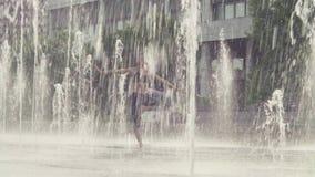 Młodej kobiety pozycja w drzewnej pozyci wśrodku fontanny zbiory