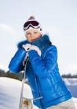 Młodej kobiety pozycja z snowboard w jej ręce Zdjęcia Stock