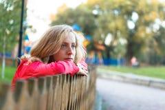 Młodej kobiety relaks target1054_0_ na drewnianym ogrodzeniu zdjęcia royalty free
