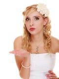 _ Młodej kobiety romantyczna panna młoda dmucha buziaka zdjęcie stock