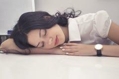 Młodej kobiety spadać uśpiony przy miejscem pracy zdjęcia royalty free