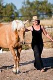 Młodej kobiety stażowy koński outside w lecie obrazy royalty free