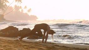 Młodej kobiety sylwetka zaświecał ranku słońca praktyk joga zdjęcie wideo