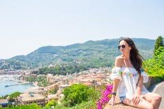 Młodej kobiety tła włoska wioska w Cinque Terre Turystyczny patrzeje sceniczny widok Rapallo, Cinque Terre, Liguria Obrazy Stock