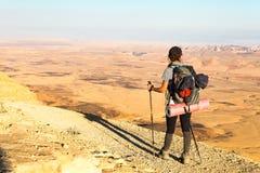 Młodej kobiety turystyczny backpacker stoi przyglądającego widok pustyni moun Obrazy Stock