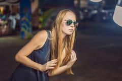 Młodej kobiety turystyczny próbować na szkłach na Chodzącym ulicznym azjaty rynku zdjęcia stock