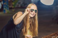Młodej kobiety turystyczny próbować na szkłach na Chodzącym ulicznym azjaty rynku fotografia royalty free