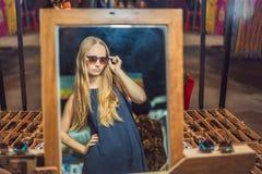 Młodej kobiety turystyczny próbować na szkłach na Chodzącym ulicznym azjaty rynku obraz royalty free