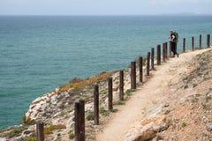 Młodej kobiety turystyczny wycieczkować wzdłuż wybrzeża, Algarve region, Portugalia zdjęcia royalty free