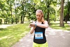 Młodej kobiety utworzenia zegarek przed iść dla bieg Zdjęcie Stock