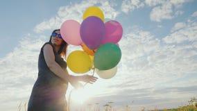 Młodej kobiety w ciąży beztroski bawić się z balonami zbiory