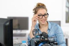 Młodej kobiety wideo edytorstwo w biurze obrazy stock