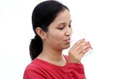 Młodej kobiety woda pitna zdjęcia royalty free