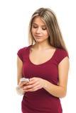 Młodej kobiety writing na jej smartphone Zdjęcia Stock