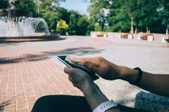 Młodej kobiety wytarcia telefonu mądrze ekran z antibacterial płótnem fotografia royalty free