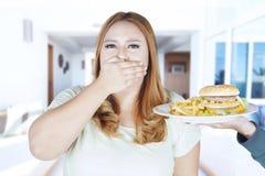 Młodej kobiety zamknięty usta dla przekąsek Zdjęcia Royalty Free
