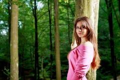 Młodej kobiety zbliżenia portret blisko drzewa Obrazy Stock