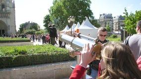 Młodej kobiety zwiedzający obuoczny Notre-Dame Paris zdjęcie wideo