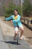 Młodej Nastoletniej kobiety Jeździecki Unicycle z ręk Huśtać się Fotografia Royalty Free
