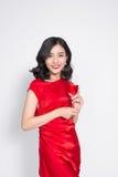 Młodej odświętności piękna azjatykcia kobieta w czerwieni sukni mienia wygranie Zdjęcia Stock
