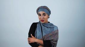 Młodej pięknej arabskiej kobiety uśmiechnięty uczucie nieśmiały na odosobnionym białym tle trochę zdjęcie wideo
