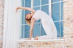 Młodej Pięknej kobiety Ćwiczy joga Obraz Stock
