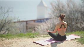 Młodej pięknej kobiety ćwiczy joga na plaży przy słonecznym dniem Atrakcyjna kobiety medytacja zbiory wideo
