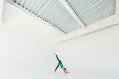 Młodej pięknej kobiety ćwiczy joga w studiu Joga pojęcie minimaalism Obrazy Stock