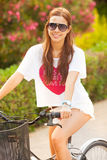 Młodej pięknej kobiety jeździecki bicicle na lecie Obraz Royalty Free