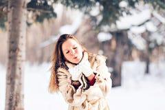 Młodej pięknej kobiety podmuchowy śnieg w zimie Fotografia Stock
