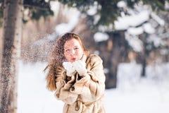 Młodej pięknej kobiety podmuchowy śnieg w zimie Zdjęcie Royalty Free