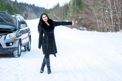 Młodej pięknej kobiety sygnalizacyjni problemy z łamanym samochodem na wygranie Obrazy Royalty Free