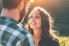 Młodej pięknej pary chodzący outside na pięknym zmierzchu obraz royalty free