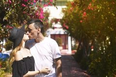 Młodej pięknej pary mody plenerowy portret Atrakcyjna chłopiec i dziewczyna w dużym kapeluszu pozuje i całuje przy latem w ich ho zdjęcie stock