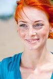 Młodej pięknej rudzielec kobiety piegowaty ono uśmiecha się Zdjęcie Stock